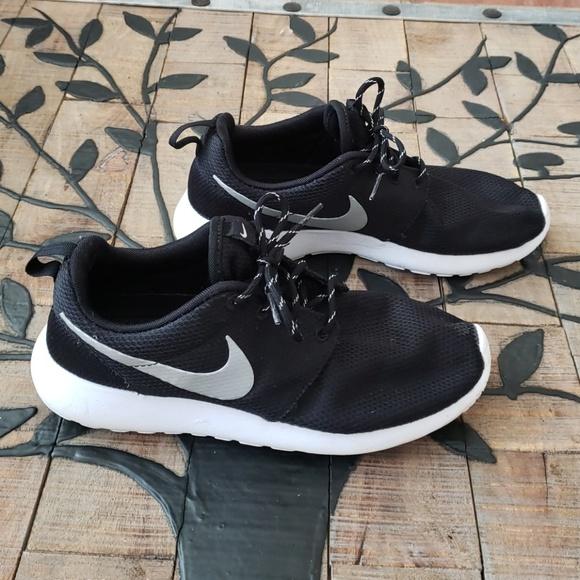 09f611a7f852 Nike WMNS Roshe One 511882-094 Blk Wht Size 10. M 5c55f4c1c61777c12fa6db9f